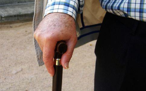 老人用拐杖散步车